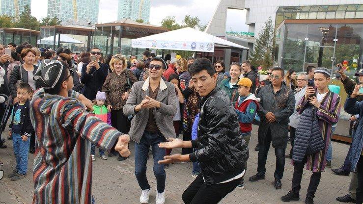 Певцы из Узбекистана приняли участие в фестивале, исполняя любимые песни жителей обеих стран. Посетители танцуют под узбекскую поп-музыку. Астана, 8 сентября. [Айдар Ашимов]