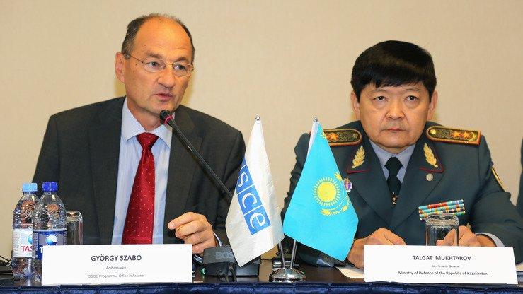 Посол Гиорги Сабо (слева), глава офиса по осуществлению программ ОБСЕ в Астане, выступает на открытии регионального семинара по предотвращению опасности взрывных устройств в Астане 11 сентября. [Бакытжан Арыстанбек/ОБСЕ]