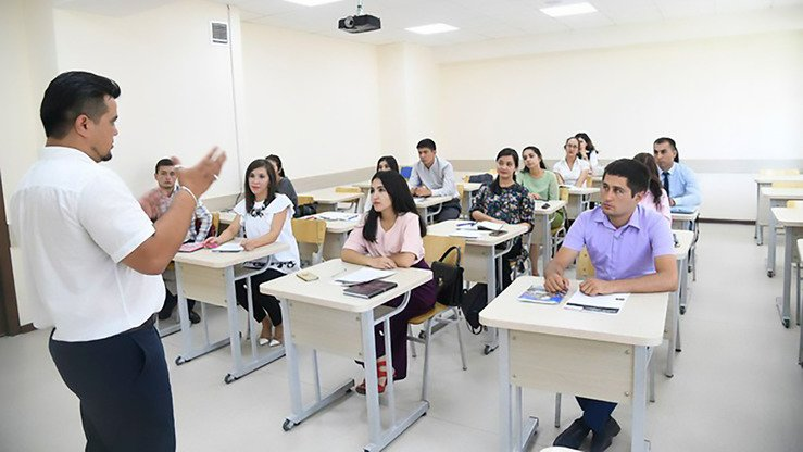 "A Webster University instructor greets students of Webster's ""Teaching English as a Second Language"" master's programme in Tashkent September 5. [Uzbek Ministry of Higher and Secondary Specialised Education]"