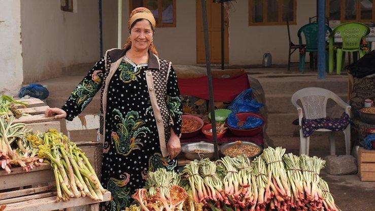 Жительница Согдийской области на севере Таджикистана продаёт овощи. В  странах Центральной Азии сельское хозяйство относится к числу наиболее подверженных риску отраслей. [Стульбергер/Зои Энвайрмент]