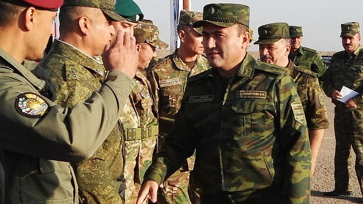 Первый заместитель министра обороны, начальник Генштаба Вооруженных Сил Таджикистана генерал-лейтенант Эмомали Собирзода приветствует узбекских военнослужащих на таджикском полигоне «Чорухдаррон» 17 сентября. [Негматулло Мирсаидов]