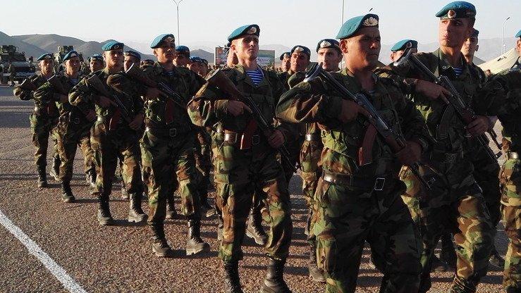 Таджикские силы быстрого реагирования маршируют на таджикском полигоне «Чорухдаррон» 17 сентября. [Негматулло Мирсаидов]