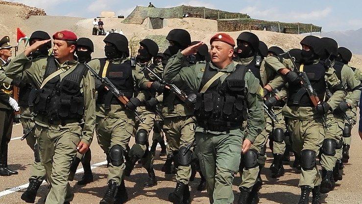 Таджикский спецназ проходит торжественным маршем на таджикском полигоне «Чорухдаррон» 17 сентября. [Негматулло Мирсаидов]