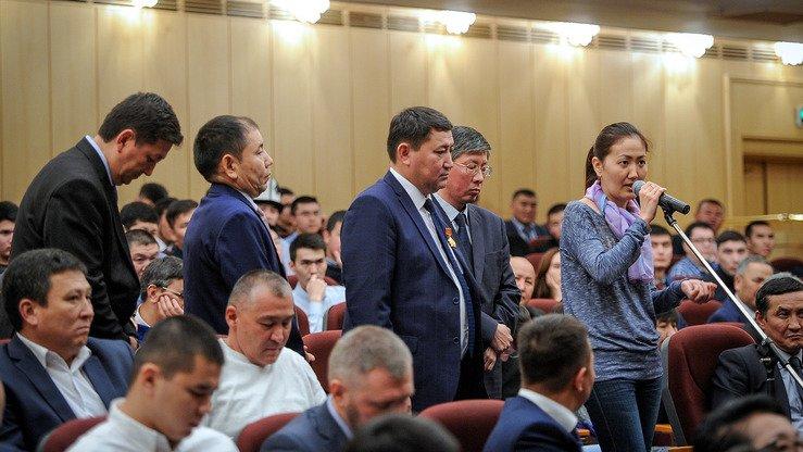 Представители кыргызской диаспоры делятся своими проблемами во время встречи с занимавшим в то время пост премьер-министра Сапаром Исаковым (не показан на фото) в Москве 30 сентября 2017 г. [Пресс-служба правительства Кыргызстана]