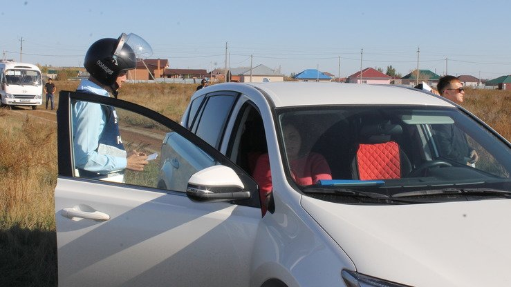 An actress plays a suspected human trafficker in an exercise in Koshi September 27. She refuses to leave her vehicle and attempts to assert her innocence to a police officer.[Aydar Ashimov]