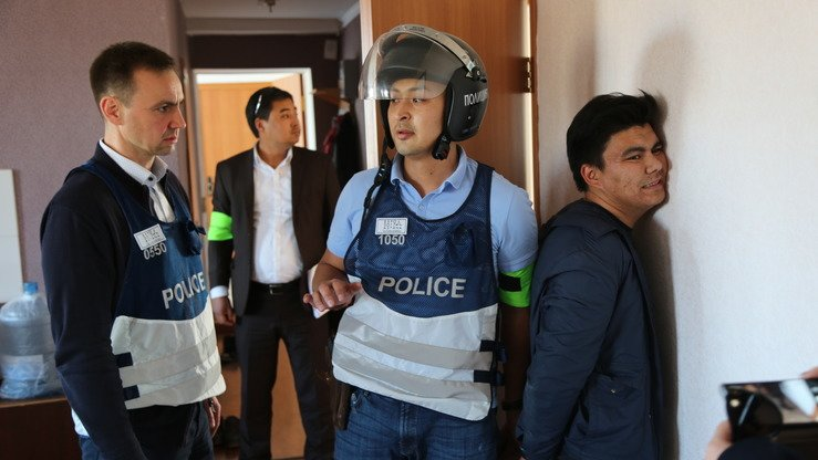 "Police ""detain"" the guards and pimps of a simulated brothel as part of an exercise in Koshi September 27. [Aydar Ashimov]"