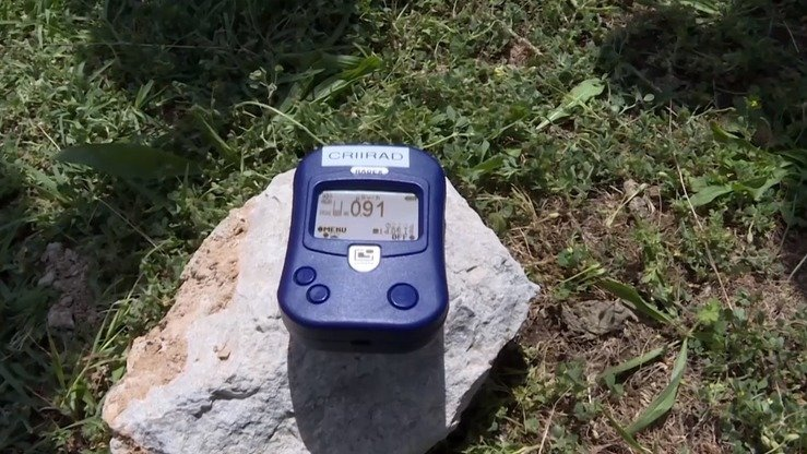 A device in Mailuu-Suu in May shows ambient radiation of 91µR per hour. A maximum of 50µR per hour is considered safe. [Screenshot from Current Time TV programme]