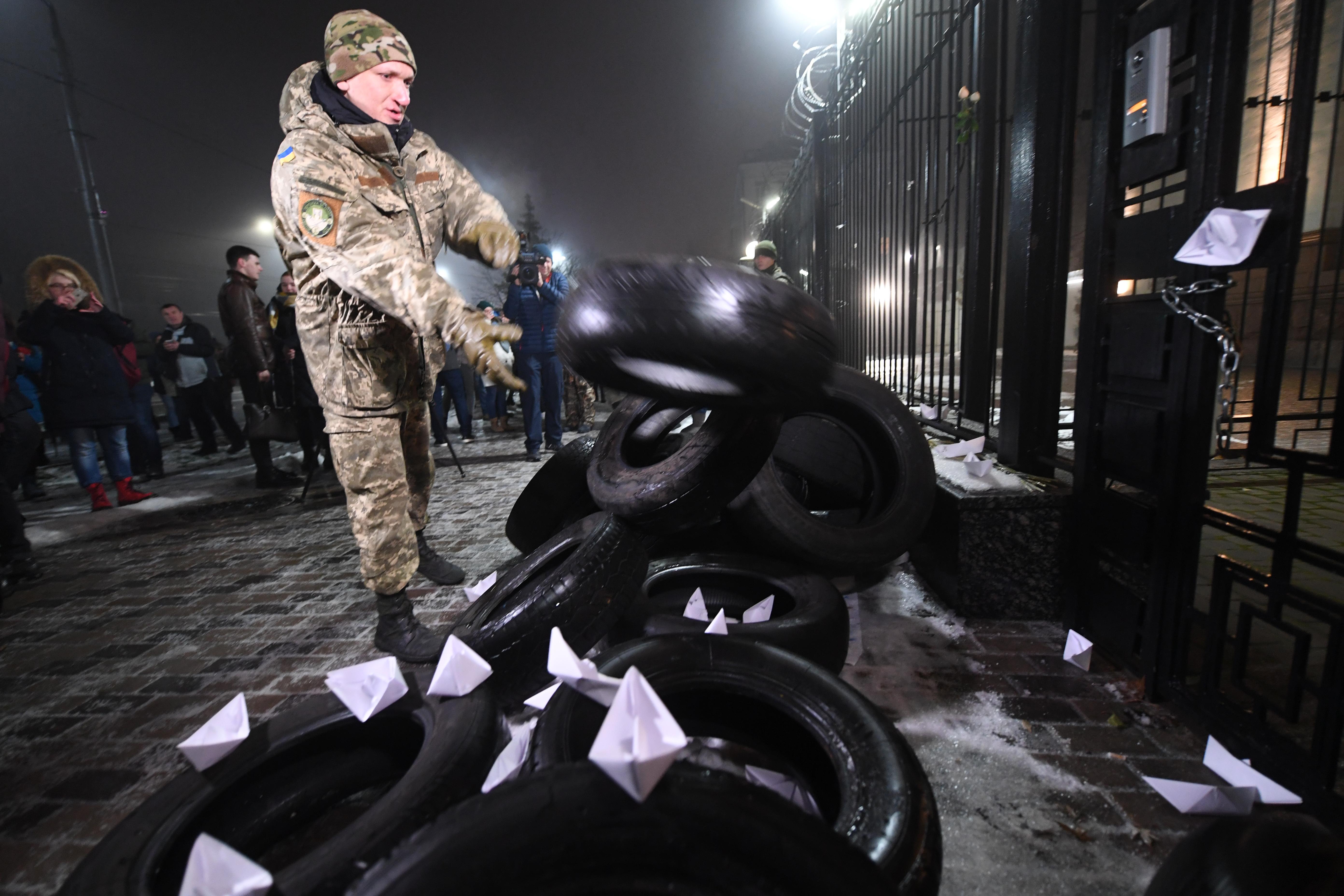 Россия Азов денгизида Украина кемаларини қўлга олганидан кейин зиддият кучайди