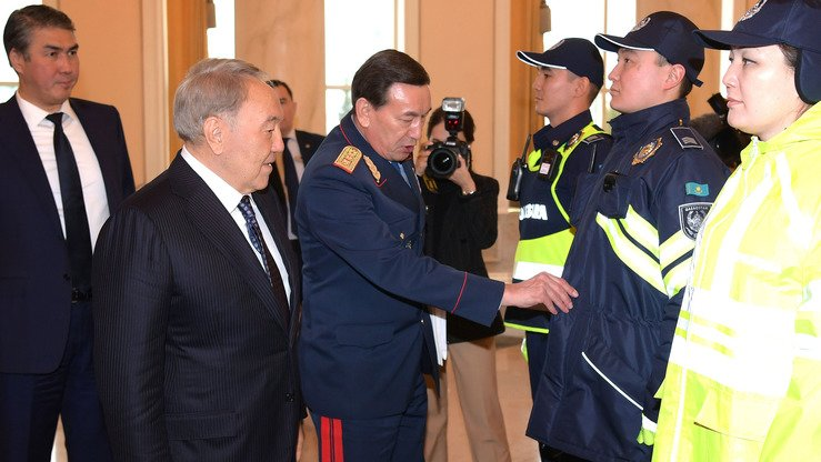 Interior Minister Kalmunkhabet Kasymov presents the new Kazakh police uniform to President Nursultan Nazarbayev November 19, 2018, in Astana. [Kazakh presidential press office]