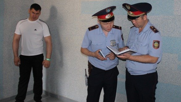 Police officers conduct operations in a building where a simulated hostage-taking took place. The exercises occurred last July 20 with the support of the OSCE Office in Astana. [Aydar Ashimov]