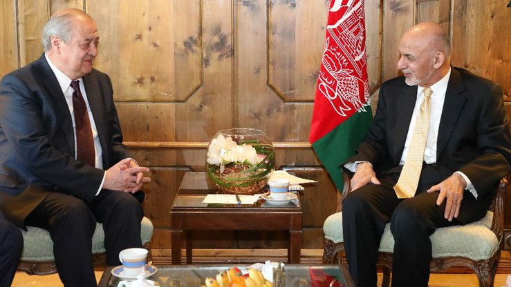 Uzbek Foreign Minister Abdulaziz Kamilov and Afghan President Ashraf Ghani meet February 14 in Munich to discuss prospects for co-operation. [Uzbek Foreign Ministry]