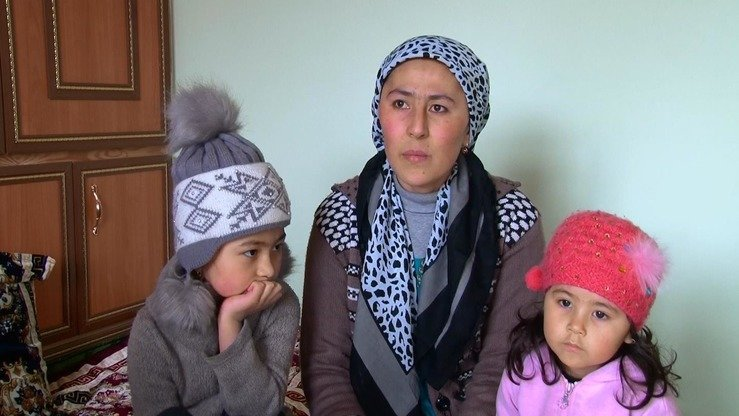 Shafoatkhon Khomidova and her daughters, Fotima and Zainab, who were born in Pakistan, can be seen in this screenshot from the Sughd TV broadcast on February 2.