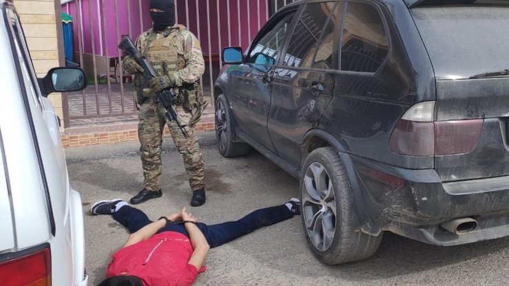 A suspected extremist lies on the ground after KNB forces dismantled an organised crime ring in Shymkent in April. [KNB]