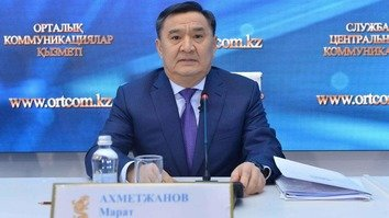Deputy Prosecutor General of Kazakhstan Marat Akhmetjanov at a Nur-Sultan news conference April 8 discusses criminal law reform. [Central Communications Service]