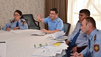 Representatives of law enforcement agencies and international organisations in Kyzylorda September 12, 2017, discuss juvenile delinquency prevention. [Penal Reform International in Central Asia/Facebook]