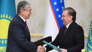 Kazakh President Kassym-Zhomart Tokayev and Uzbek President Shavkat Mirziyoyev sign economic and defence co-operation agreements on April 15 in Tashkent. [Kazakh presidential website]