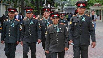 Ко Дню Победы в Узбекистане, вместо принятой в России «георгиевской ленточки», ввели свою «ленту славы»