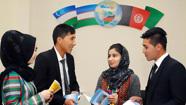 Uzbek and Afghan students can be seen at the Termez Centre for Education in Afghanistan in 2018. [Uzbekistan National News Agency]