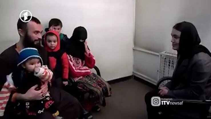 Усмонова с детьми навещают ее мужа Фархода в афганской тюрьме. Кадр из афганской телепрограммы, вышедшей в эфир в июне.