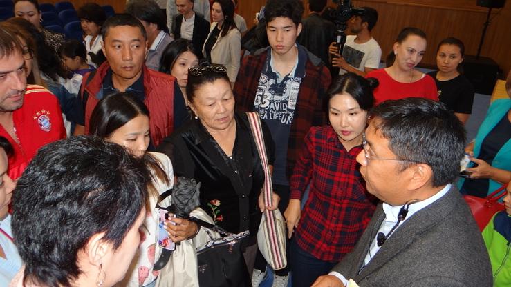 Азамат Дикамбаев, директор школы «Газпрома», отвечает на вопросы местных жителей. Бишкек, 18 августа. [Азамат Касыбеков]