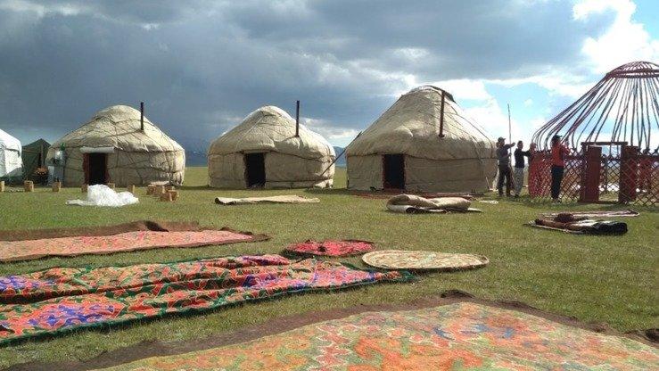 Residents ofJumgal Districtbuild yurtsin June. [Mirbek Busurmankulov]