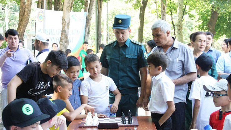 The Tashkent Police Department set up a chess match for local children in May. [Tashkent Police Department]